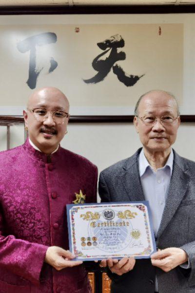 拿督斯里吴達鎔教授(左)聘請蘇樹輝博士(右)任國際標量波量子研究院高級研究員。